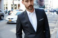 How to Wear a Suit Without a Tie [Guide]