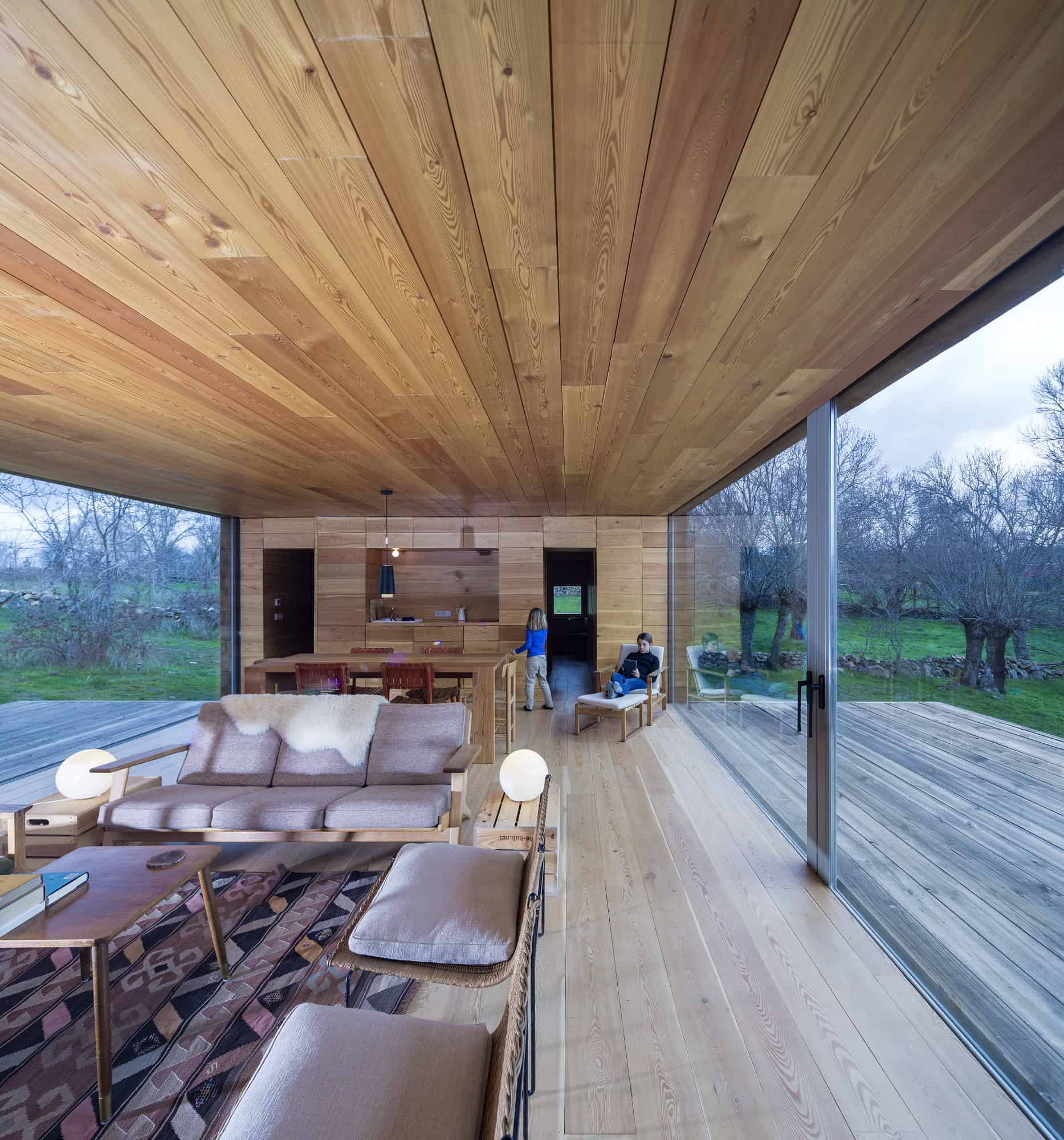 Lame De Terrasse Piscine Open Cabin Design With Cozy Wood Interiors