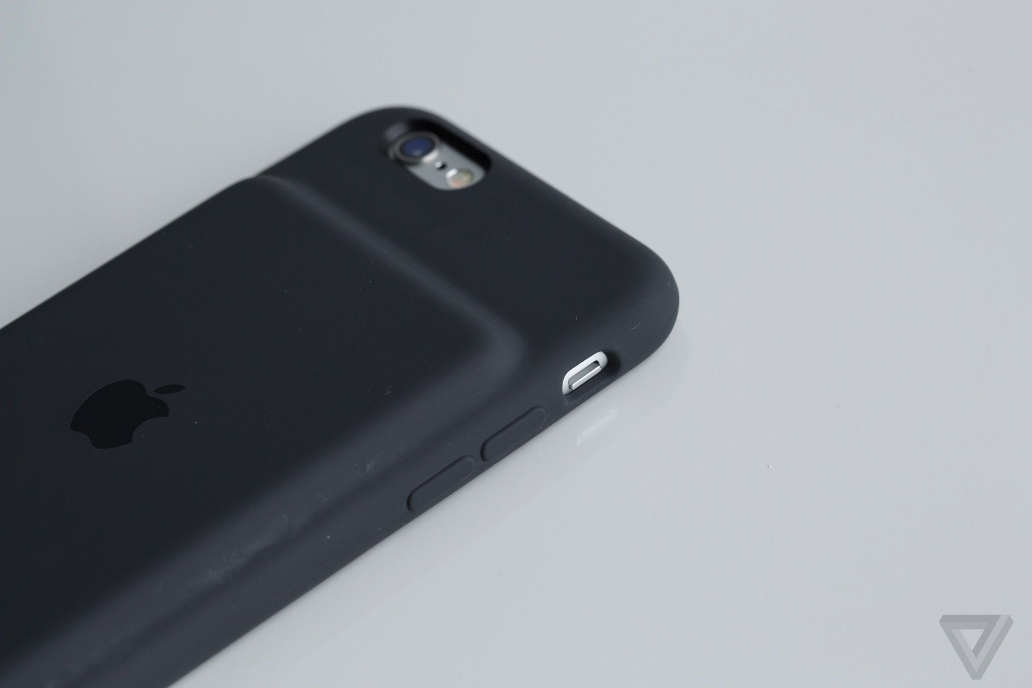 The Verge Wallpaper Iphone X Apple S New 99 Iphone Battery Case Doesn T Measure Up