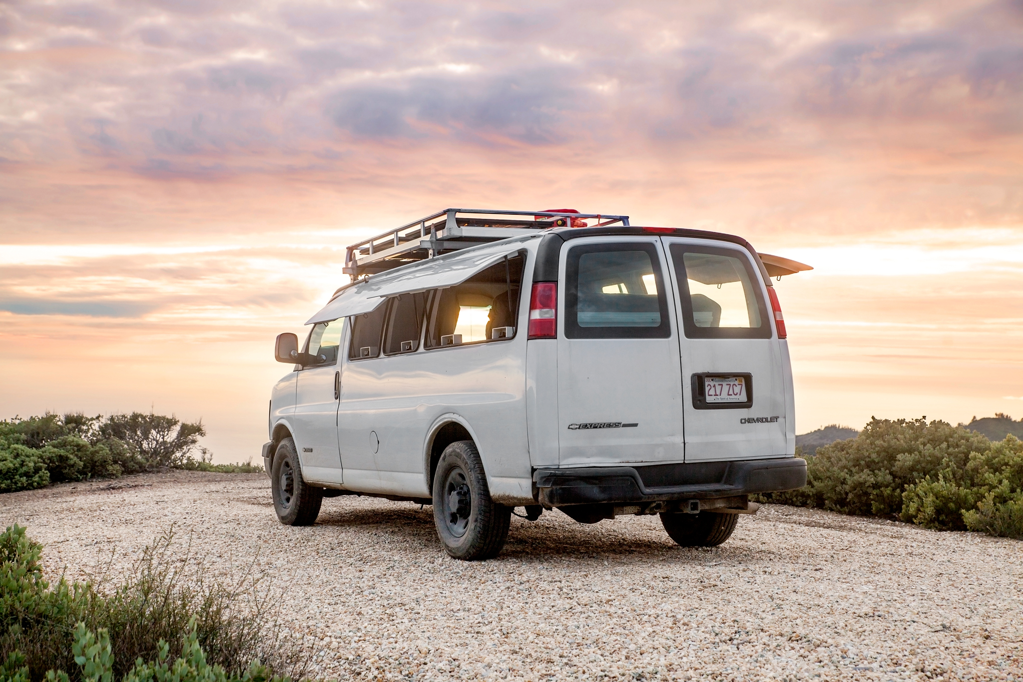 Ausziehbett Interio Tour A Chevy Van Turned Into Sleek Tiny Live Work Space