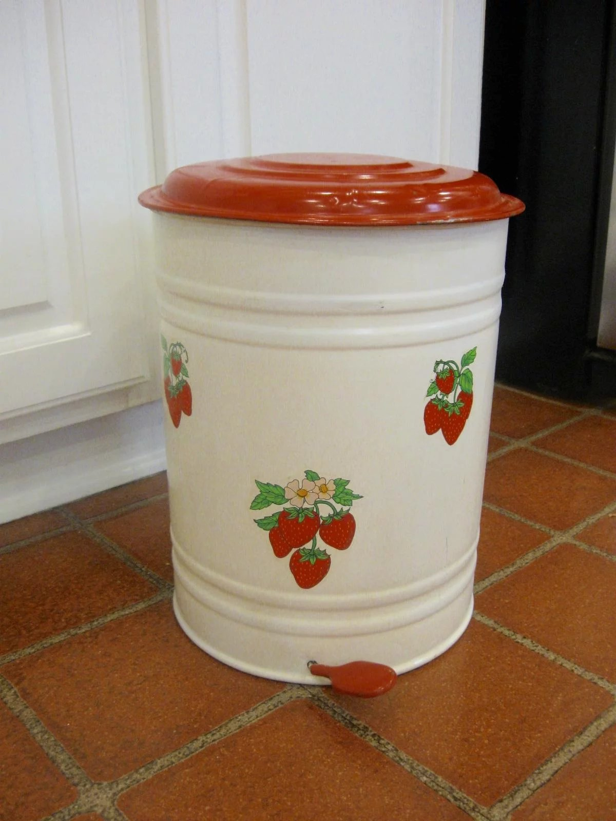 Vintage Kitchen Trash Can Vintage Tin Step On Kitchen Trash Can Antiques On Ascot