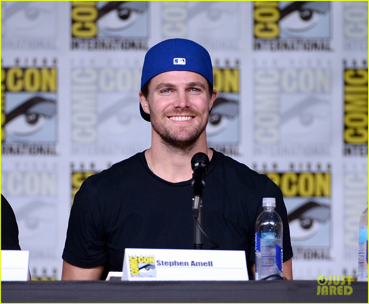 Bett Comic Stephen Amell Gives Comic Con First Look At Arrow Season 5