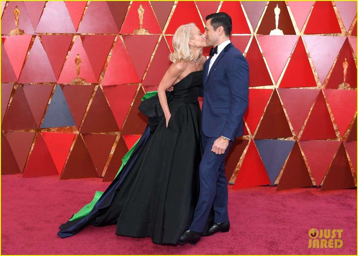 Oscars 2018 Roter Teppich Kelly Ripa And Husband Mark Consuelos Kiss On Oscars 2018