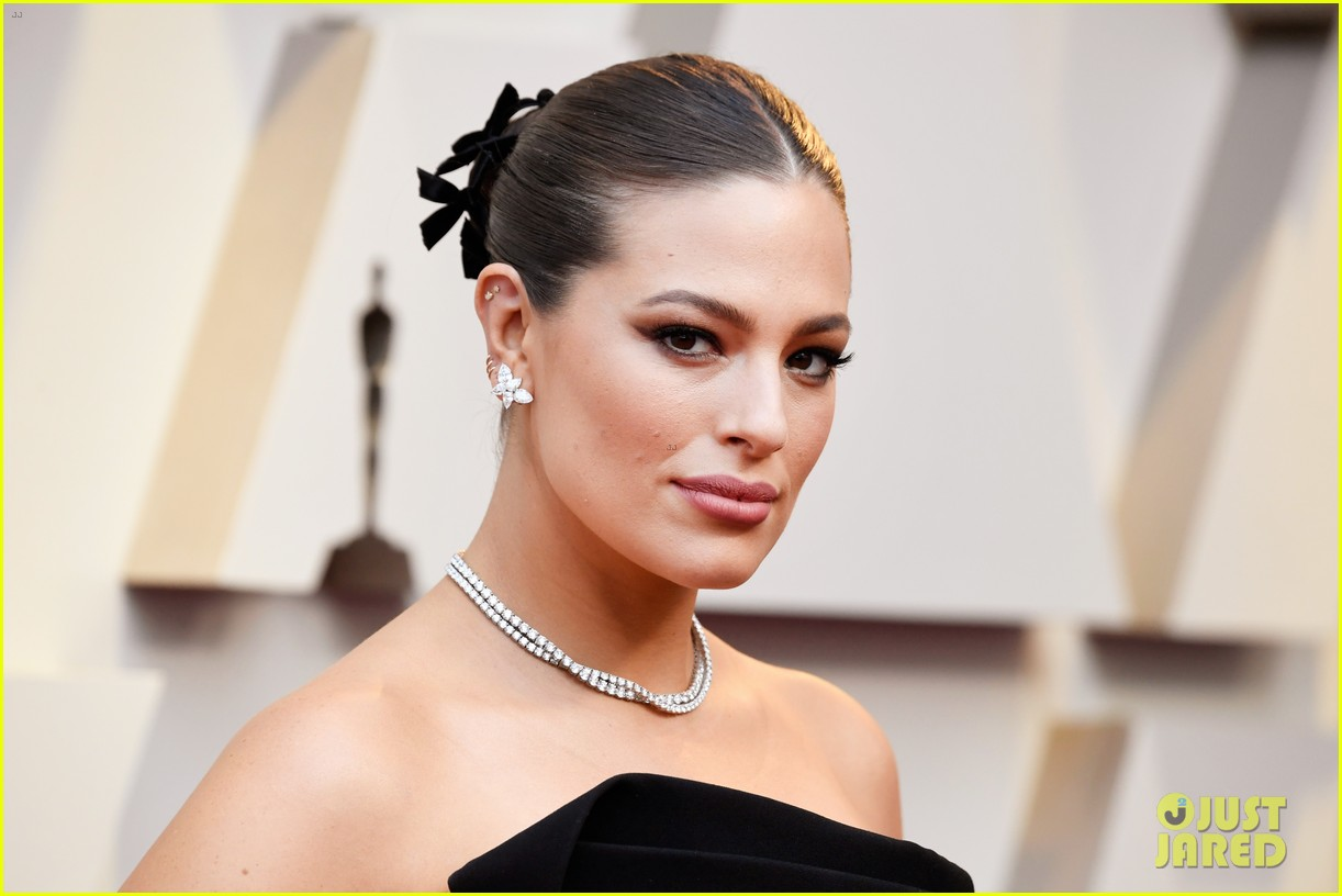 Ashley Graham Gets Glam For Oscars 2019 Red Carpet Photo