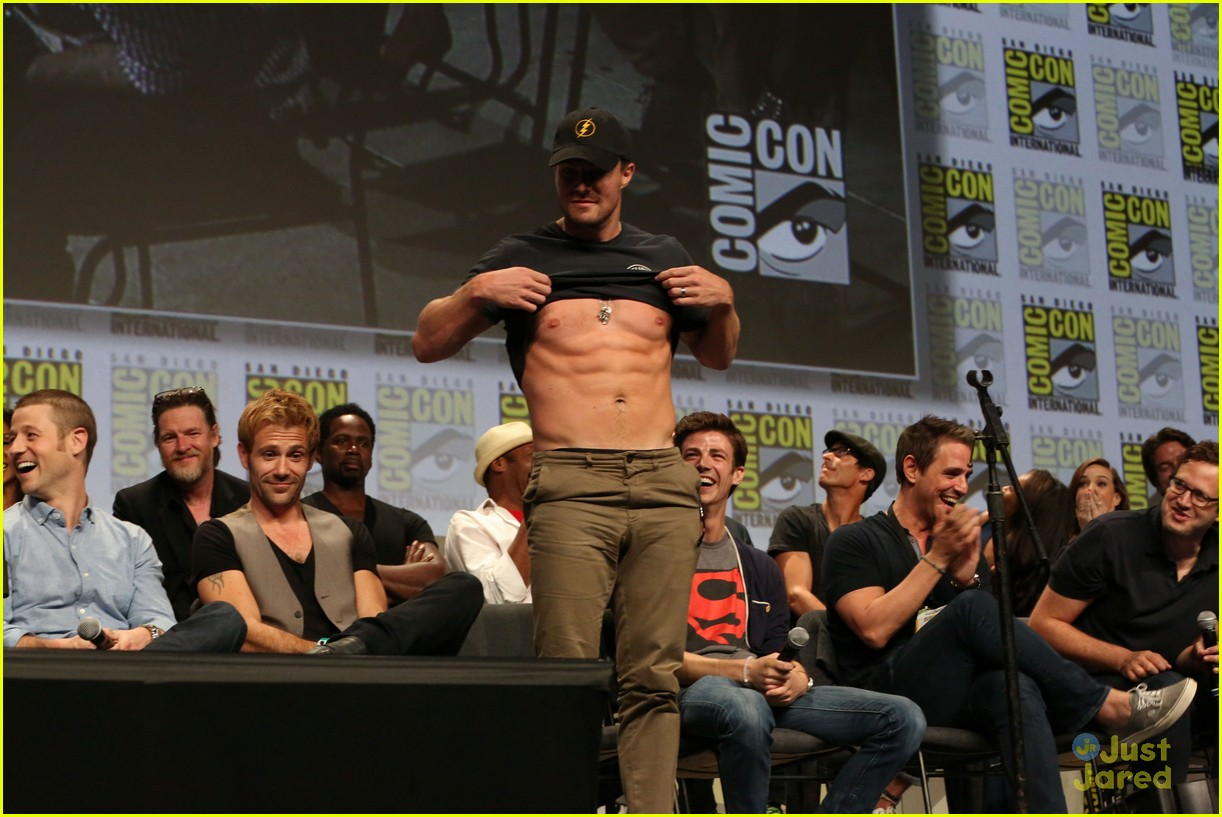 Stephen Amell Shows Off His Abs During Comic Con Watch