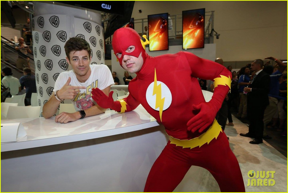 3 Flash Grant Gustin Wears Flash Shirt To Talk The Flash At Comic Con