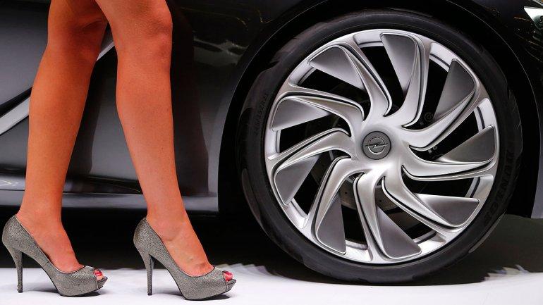 La rueda del Opel Monza Concept,vehículo de gran diseño que mejora la conducción a través de la conectividad.