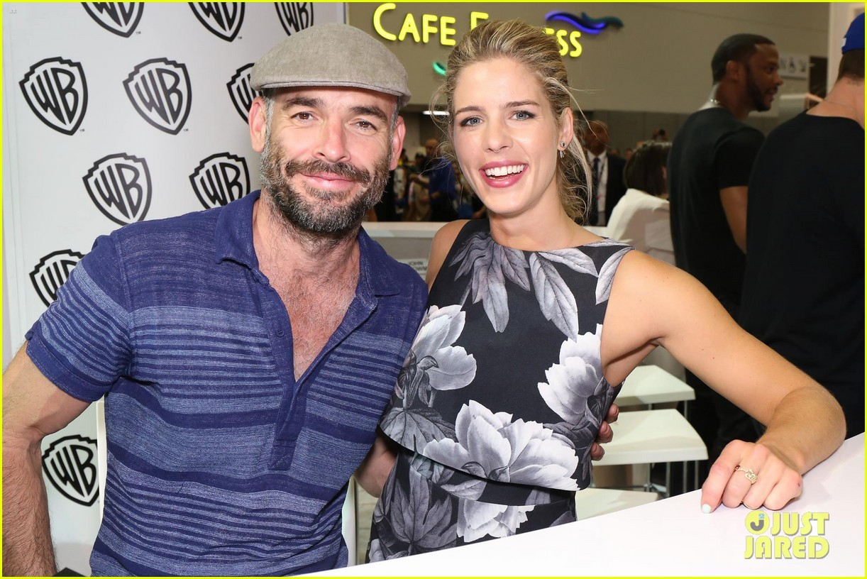 Bett Comic Full Sized Photo Of Stephen Amell Emily Bett Rickards Arrow Panel