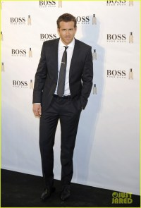 Ryan Reynolds Wears Suit, Tie, & Sexy Smile for 'Boss ...