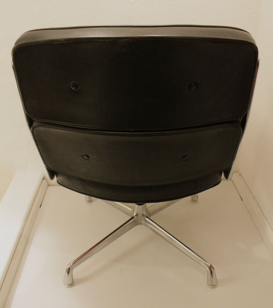 Vitra lounge chair amp ottoman white version von charles amp ray eames - Vitra Lounge Chair Amp Ottoman White Version Von Charles Amp Ray Eames Lobby Chair By Download