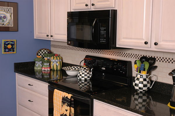Kitchen Backsplash With Checkerboard Accent Tile - Schachbrettmuster Fliesen