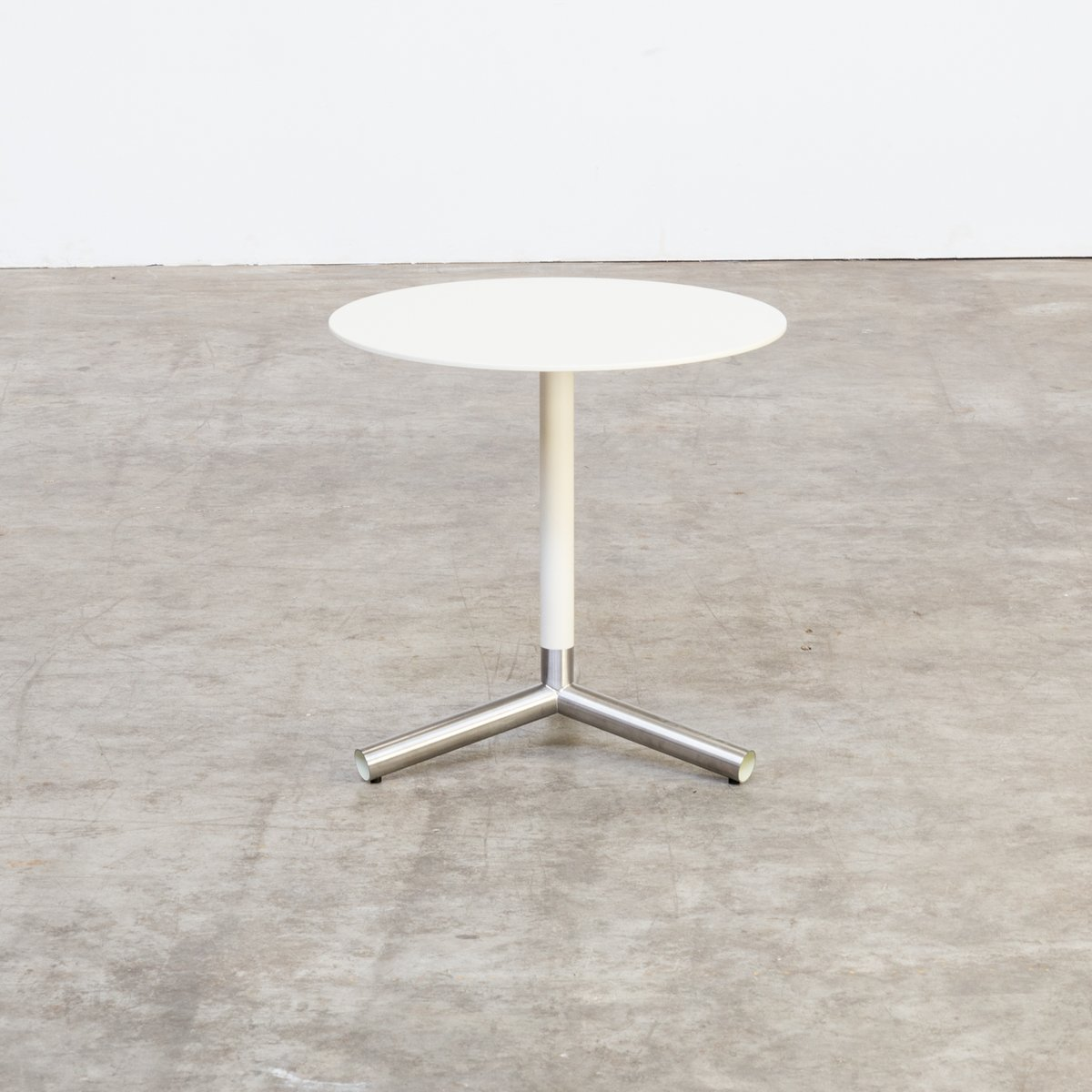 White Metal End Table White And Off White Metal Side Table 1980s En Vente Sur Pamono