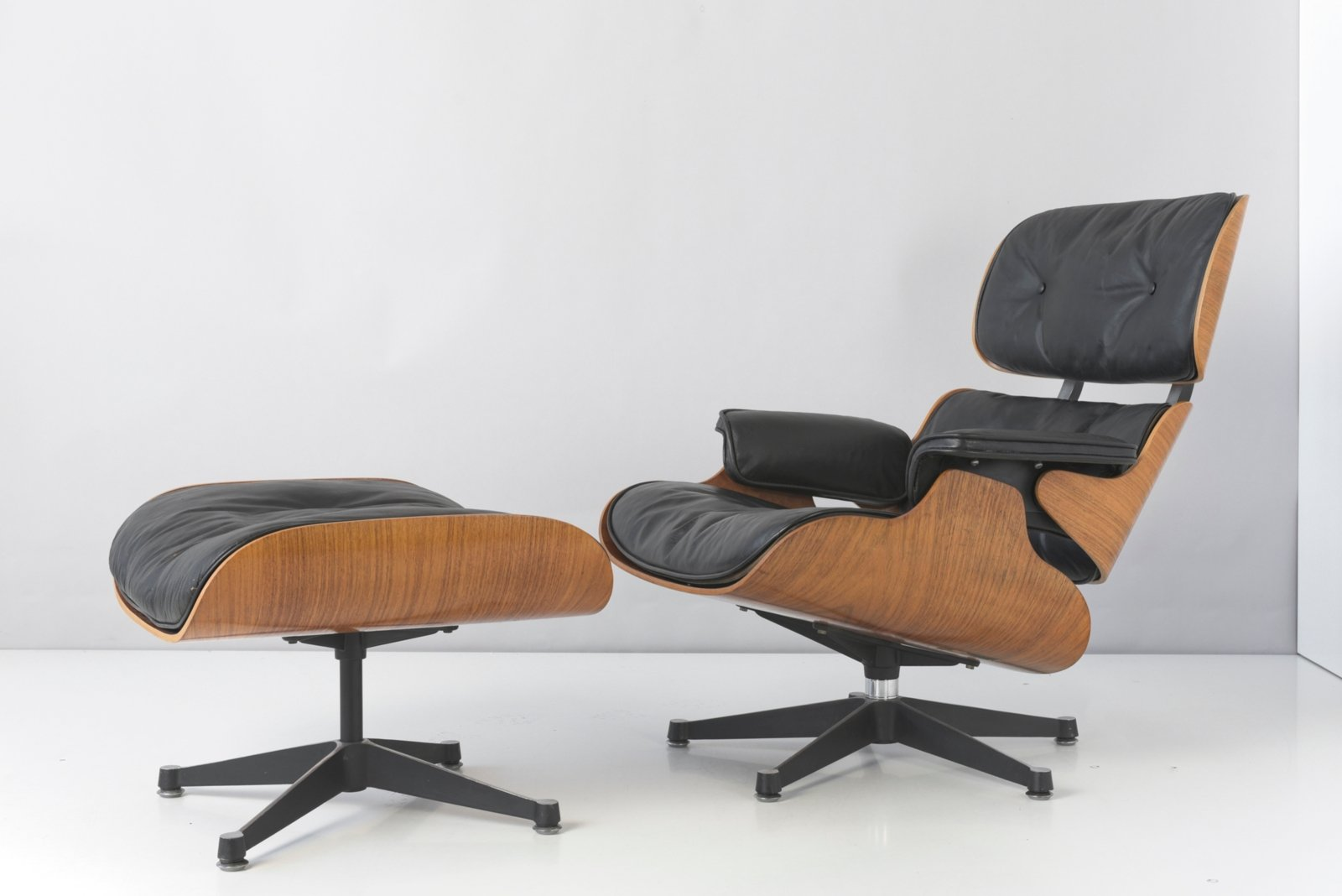 Charles Eames Lounge Chair Rosewood Lounge Chair & Ottoman By Charles & Ray Eames For Contura, 1950s, Set Of 2 For Sale At Pamono