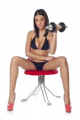 Mujer sexi haciendo pesas