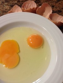 Huevo arrugado abierto
