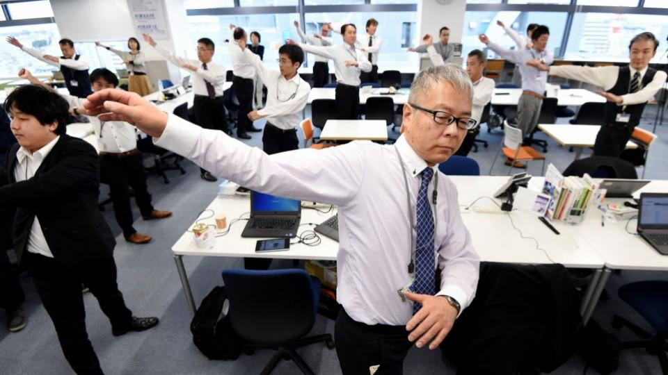 Japanese companies introduce exercise at work - office exercise