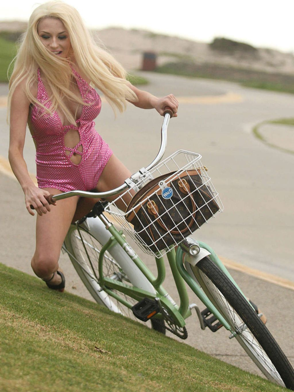 Victoria Falls Hd Wallpaper Courtney Stodden In Swimsuit Falls Off Her Bike