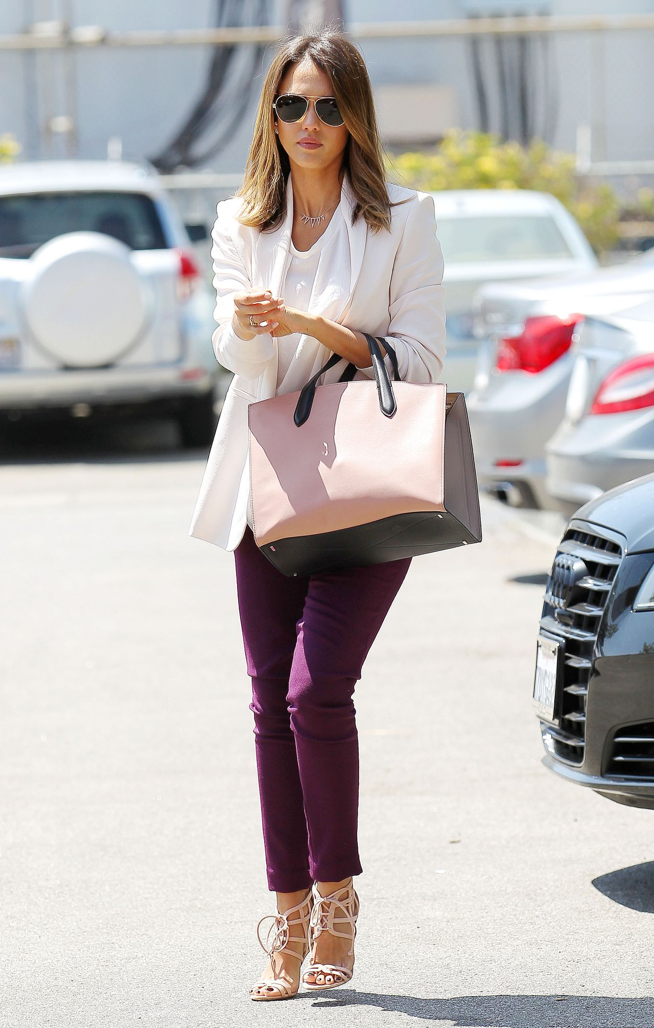 Business Casual Outfit Damen Jessica Alba Casual Style - Heads To The Office In Santa
