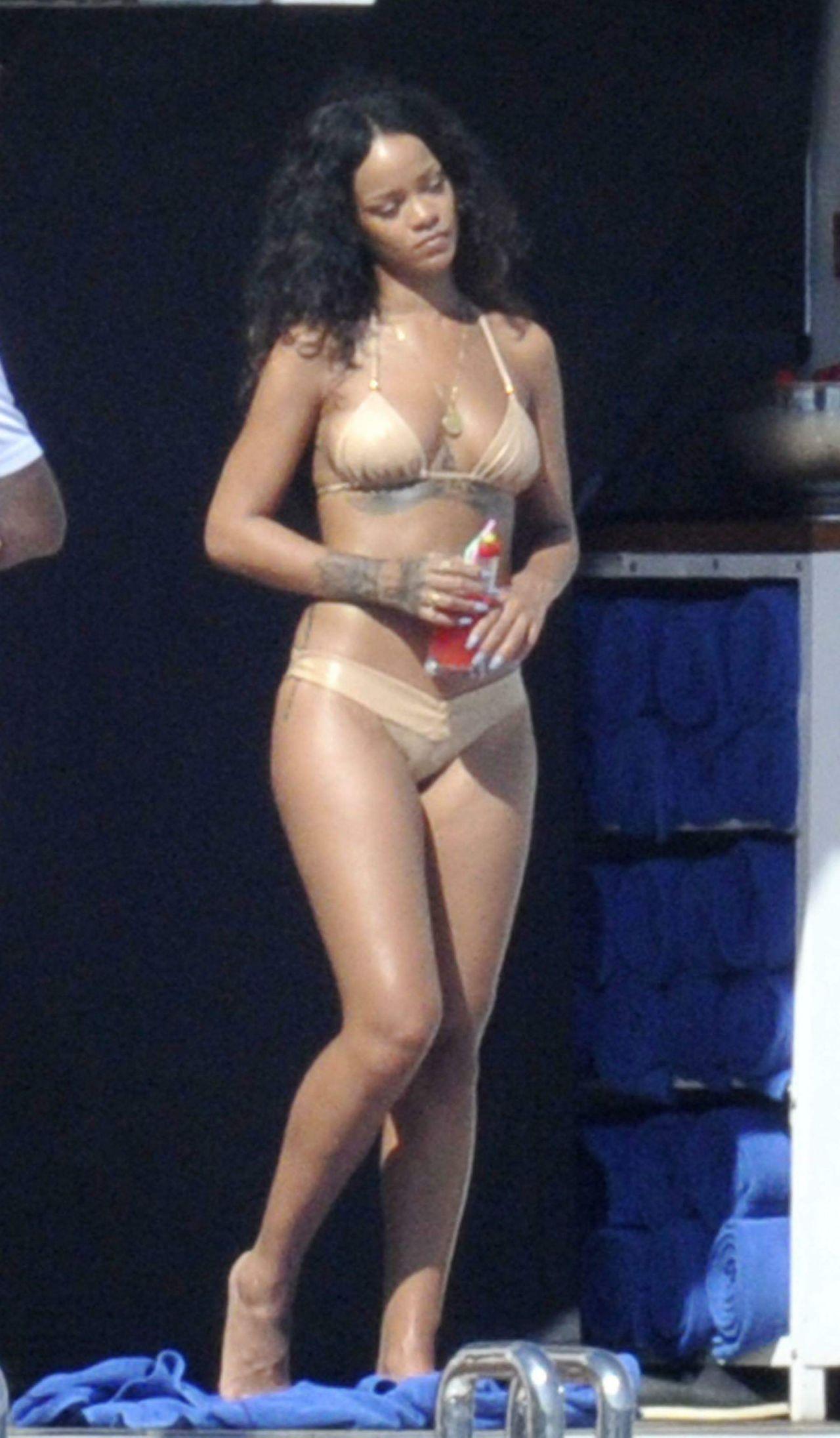 Wallpaper Tennis Girl Rihanna In A Bikini Paddleboarding In Italy August 2014