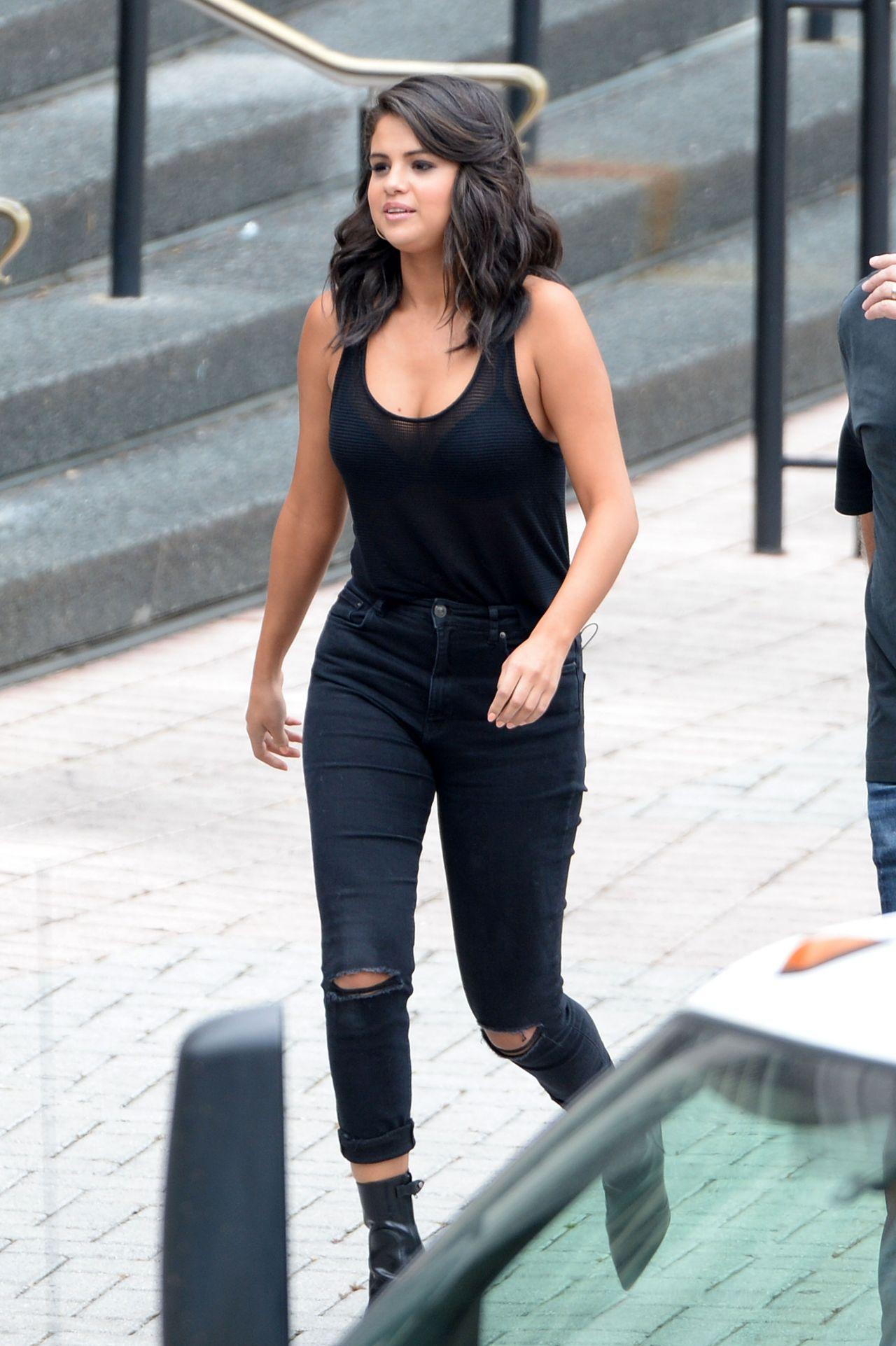 Girl Jeans Top Wallpaper Selena Gomez Leaving A Casino In New Orleans Louisiana