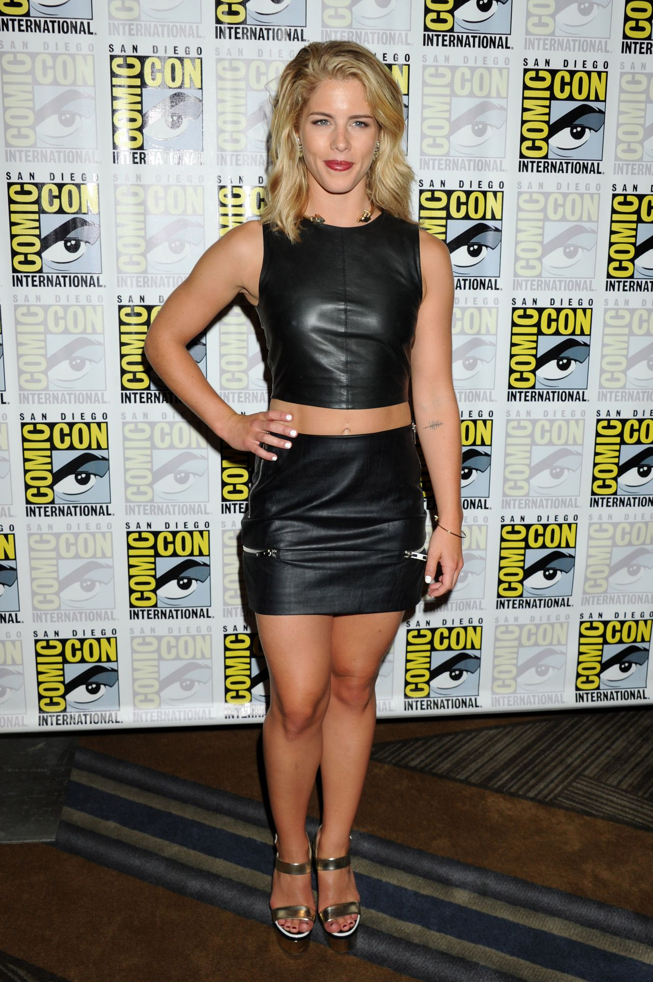 Bett Comic Emily Bett Rickards Arrow Press Line At Comic Con In San Diego