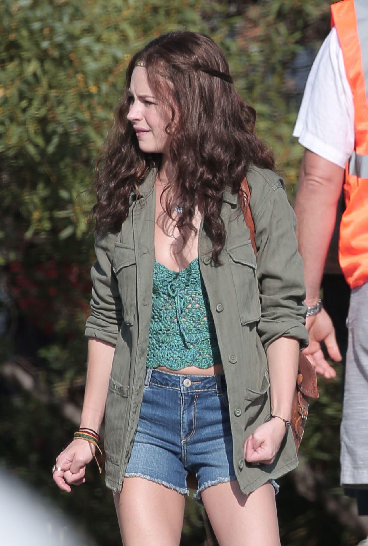 Girl Jeans Top Wallpaper Britt Robertson Girlboss Set In Beverly Hills 7 25 2016