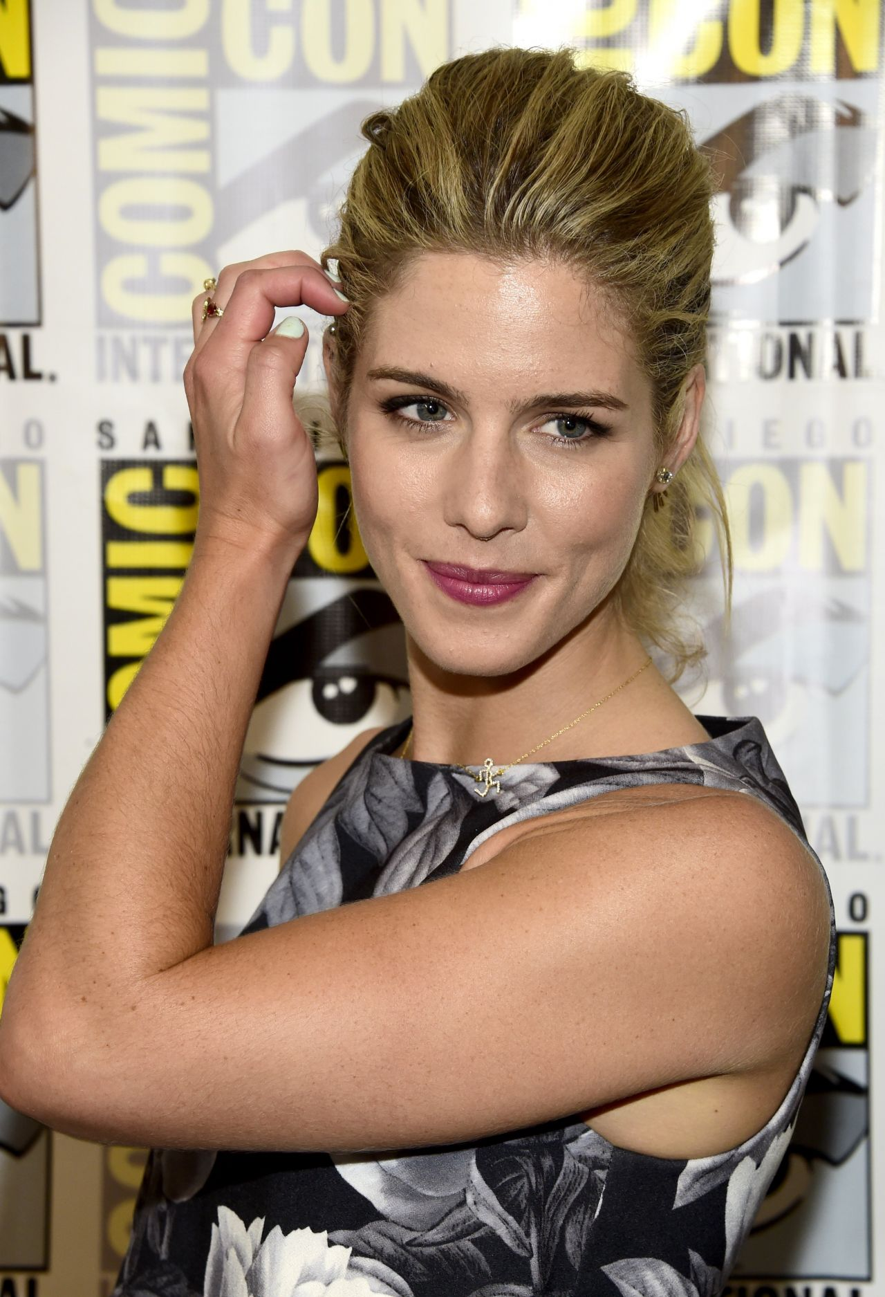 Bett Comic Emily Bett Rickards Arrow Press Line At Comic Con