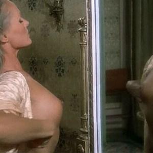 Ursula Andress in Spogliamoci cosi senza pudor