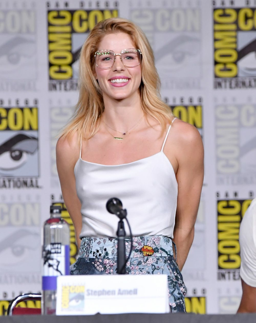 Bett Comic Emily Bett Rickards At Arrow Panel At Comic Con In San Diego