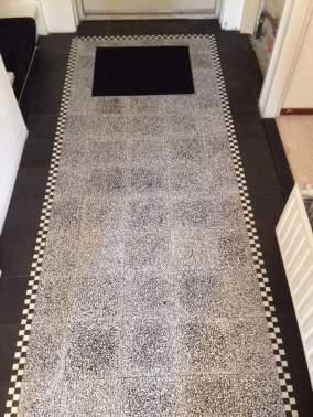 Granito 20x20 zwart-wit met retro line in hal