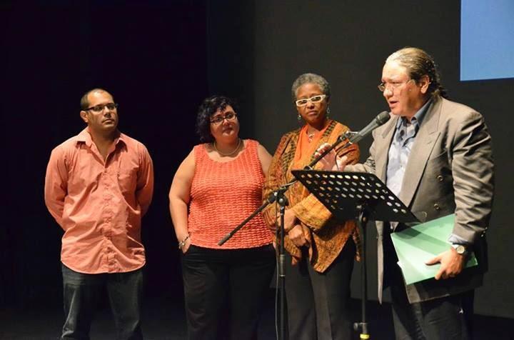 Carlos Manuel Rivera recibe el premio internacional de ensayo del ICP del 2013 de manos del jurado, Nelson E. Vera, Beatriz Ramírez y Ana Irma Rivera Lassen