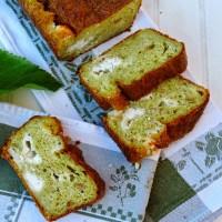 Cake pesto, chèvre et pignons de pins