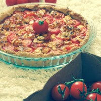 Tarte au pesto rouge, tomates cerises et feta
