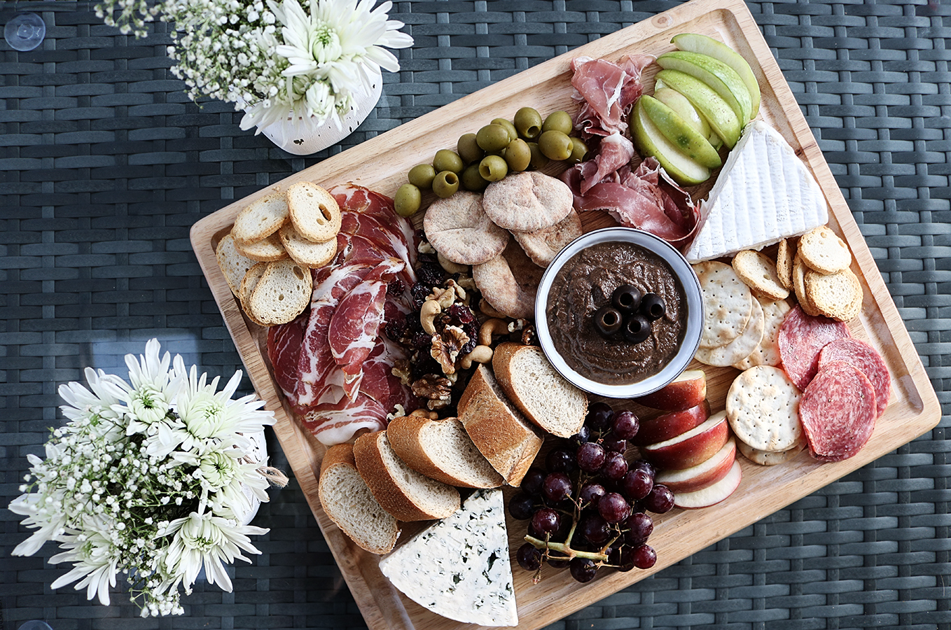 Mediterrane Küche An Bord Mediterranean Charcuterie Board With Olive Spread Chanel Moving