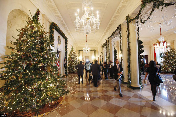 white-house-christmas-decorating-hallway.jpg