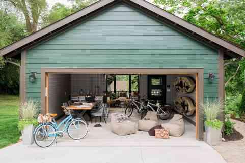 hgtv-urban-oasis-2016-garage-and-courtyard
