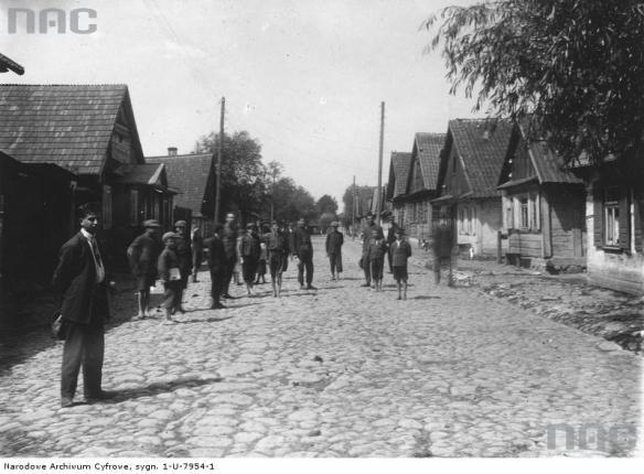 Zabłudów, ulica Białostocka. Źródło: https://audiovis.nac.gov.pl/obraz/146700/f740a246c2b02aa3e8704507f21e0891/