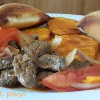 Carne al jugo con camotes fritos y pan tostado
