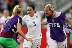 Claire Rafferty (no meio) celebra classificação Inglesa (Foto: Chelsea FC)