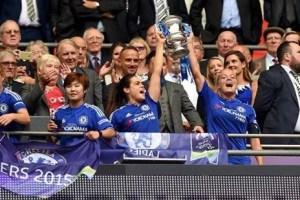 Rafferty (E) e a capitã Chapman (D) levantam a taça (Foto: Chelsea FC)