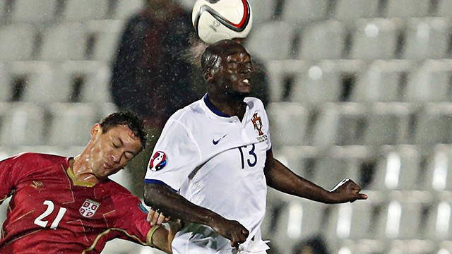 Matic e Danilo em disputa pela bola (Foto: Chelsea FC)