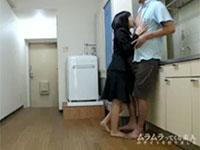 不動産屋のロリ系女性スタッフは、契約を取りたい一心でオトコのチクビを舐める