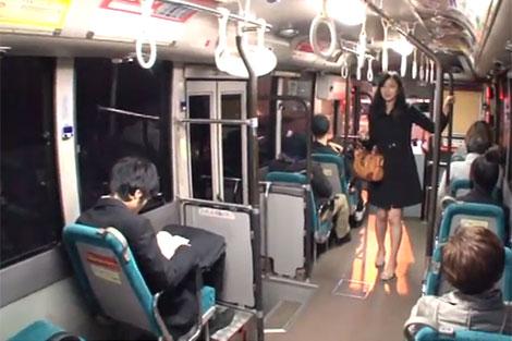 夕暮れ時のバスの車内