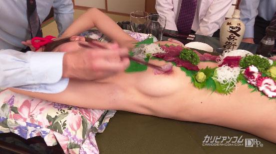 乳首を摘まれるシーン