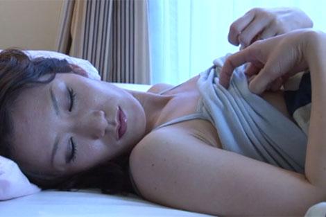 高島小百合さんの寝起き乳首オナニー