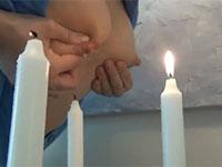 母乳でロウソクの火を消化するという謎のフェチプレイ