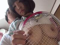 テニスラケットで女子大生の乳首をグリグリと責め立てる珍しい乳首責めシーン