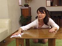 欲求不満妻がノーブラで掃除中に発情してテーブルの角に乳首を擦りつけてオナニー開始!