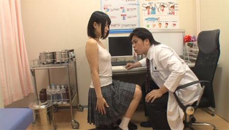 インナーから透ける乳首をマジマジと見る偽医者
