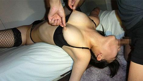 乳首を摘みながら強制フェラ